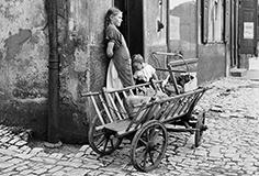 Mädchen mit Handwagen